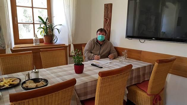 Soutěž kvality pálenek se v Horní Lipové uskutečnila za přísných bezpečnostních opatření. Každý z hodnotitelů seděl v jiné místnosti.