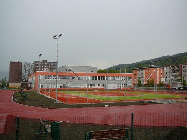 Nové sportovní hřiště u školy na ulici Nábřežní v Jeseníku.
