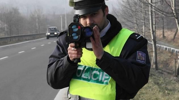 S ručním radarem se jeseničtí policisté mohou postavit prakticky kdekoliv.