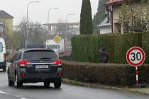 V Postřelmovské ulici v Zábřehu značky omezují rychlost na třicet kilometrů za hodinu