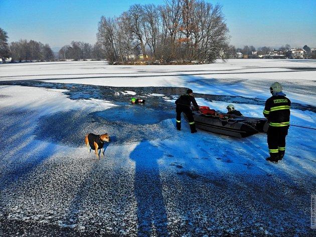 Záchranná akce hasičů na rybníku v Sudkově