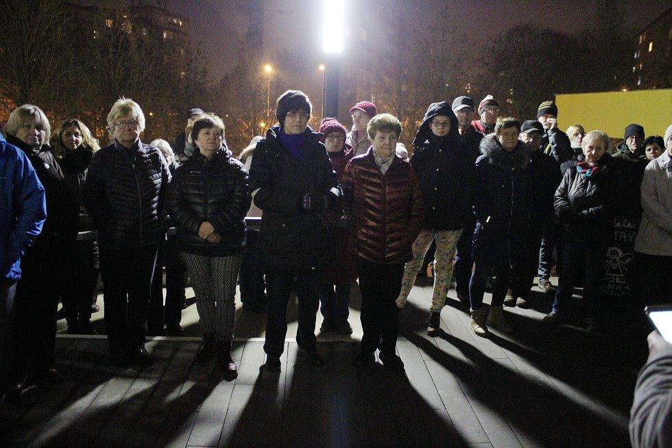 Protestní shromáždění proti uzavření knihovny Sever v Šumperku.