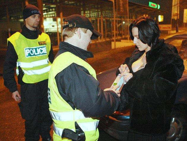 Policisté kontrolují, zda řidička nepožila alkohol