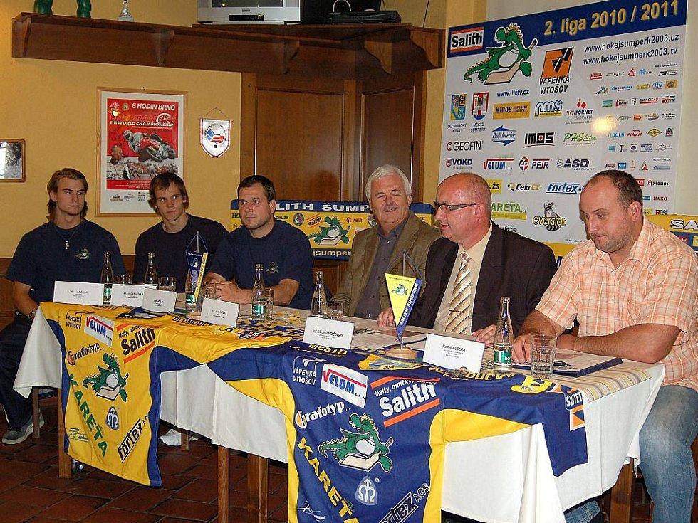 Zleva: Marek Peksa, Adam Červenka, Aleš Holík, Petr Hrbek, Vladimír Velčovský a Radek Kučera na tiskové konferenci klubu