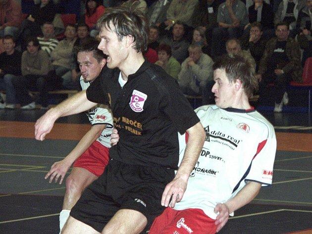 Přesila hráčů šumperské Delty: vlevo vykukuje Tezner, vpravo se přetlačuje se soupeřem z Jistebníku Lukáš Okleštěk.