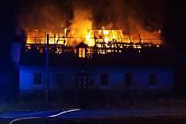 Hořící dům v Lipové-lázních, kde se stala vražda.