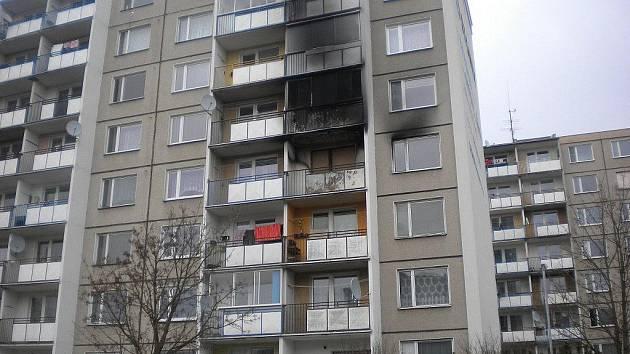 Stopy po požáru jsou na panelovém domě patrné i zvenku