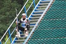 Aleš Valenta odpočívá na velkém můstku Acrobat Parku při sobotním Czech Open