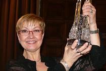 Olga Kaštická s cenou Olomouckého kraje, kterou si loni vysloužila za své herecké výkony.