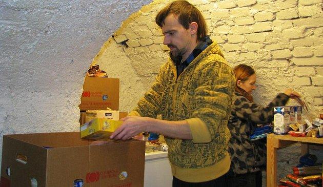 Dobrovolníci třídí vpotravinovém skladu Charity Zábřeh jídlo, které darovali lidé vNurodní potravinové sbírce. Do Zábřehu putovalo 932kliogramů potravin, které pomohou potřebným.