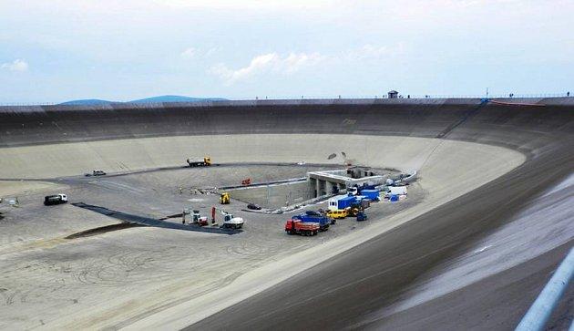 Magické oko, jak se přezdívá horní nádrži vodní elektrárny Dlouhé Stráně vJeseníkách, je nyní kvůli údržbovým pracím prázdné