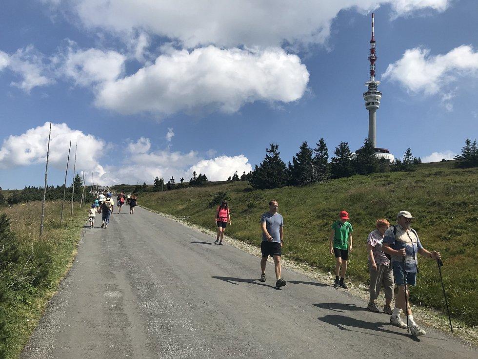 Na Praděd míří davy, nejen o víkendech, ale i uprostřed týdne to na asfaltce vedoucí k vrcholu vypadá jako na Václaváku, 12. srpna 2020