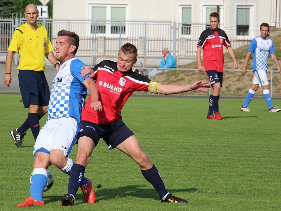 Fotbalisté Zábřehu (v červeném) zvládli i zápas s Litovlí.