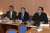 Ministr životního prostředí Tomáš Chalupa (uprostřed) na pondělním jednání v Jeseníku