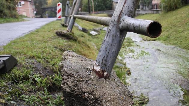 Obyvatelé Ondřejovic na Zlatohorsku čekají dva a půl roku po bleskové povodni na obnovu mostů a opravu koryta potoka.