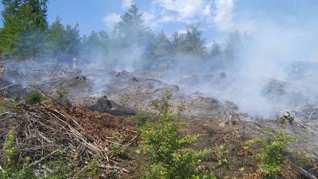 Hasiči likvidují požár poblíž Oskavy.