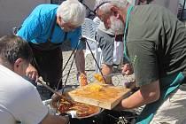 Hudebníci si v Šumperku rozdali souboj s veřejností. U Roztančených kotlíků si v rámci probíhajícího Mezinárodního folklorního festivalu poměřili síly ve vaření guláše.