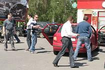 V pátek 4. června kriminalisté udělali u šumperského Kauflandu rekonstrukci vraždy. Mladý pachatel sedí v červené Fabii