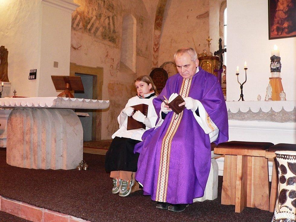 Kněz František Lízna při bohoslužbě ve Vyšehorkách v roce 2009.