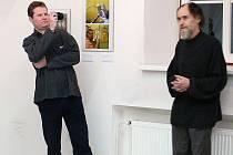 Své Bytosti blízkého druhu, jak autor expozici nazval, představuje olomoucký rodák Tomáš Herynek (vlevo)