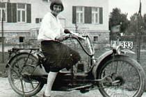 Nejmladší sestra Heinze Mowschensona Ernestina se v první polovině třicátých let nechala vyfotografovat na motocyklu.