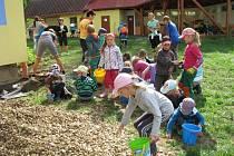Děti ze základní a mateřské školy v Hrabové vysázeli ve středu 2. září na zahradě zdejší školky, kde je i venkovní učebna, motýlí zahrádku. Motýli, včely a další hmyz v ní najdou kvetoucí rostliny od časného jara až do podzimu.
