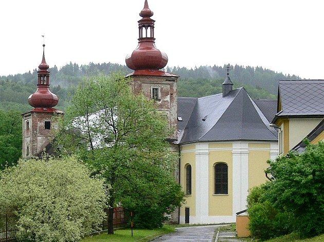 Na zdevastovaném zámku v Loučné nad Desnou je opravena jen kaple. Obec vložila v letech 2004 až 2006 do opravy 1,6 milion korun. Teď se jí 1,3 milionu vrátilo z výtěžku dražby zámku