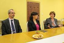 Poslanec Romaň Váňa, ministryně práce a sociálních věci Michaela Marksová (uprostřed) a starostka města Jeseníku Marie Fomiczewová (vpravo) při tiskové konferenci o budoucnosti administrativní budovy IPOS v Jeseníku.
