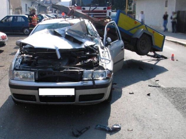 Neovladatelný vozík s traverzami zdemoloval automobil Octavia. Její řidič byl lehce zraněn.