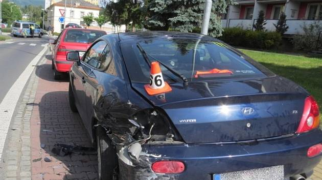 Opilý řidič narazil do dvou aut.