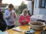 Jednodenní doplňkový program byl oslavou archeologie a nadšení z objevování. Malí i velcí návštěvníci při něm zkoušeli komfort bydlení v pravěku a zjišťovali, co bylo pro naše předky denním chlebem.