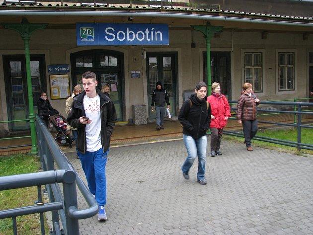 Stanice Sobotín leží vkatastru sousedního Petrova nad Desnou.