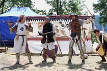 Středověké odpoledne na hradě v Brníčku 5. července 2017. Šermířské vystoupení v podání Mohelnické sebranky.