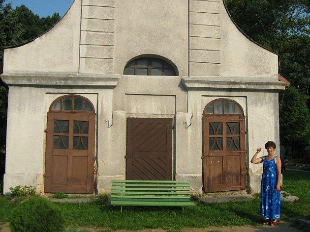 Starostka Milena Kamená stojí před hrobkou svobodných pánů ze Skal, kterou čeká rekonstrukce.
