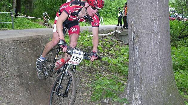 Lyžař Lukáš Bauer na kole.