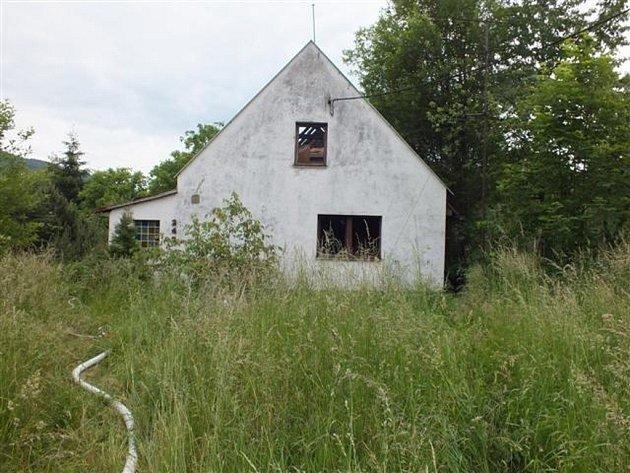 Hasiči likvidovali menší požár na střeše garáže u neobydleného domu ve Zlatých Horách.