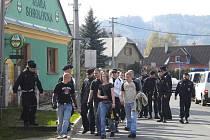 Šumperkem za policejního dohledu prošla v sobotu skupina vyholených mladíků