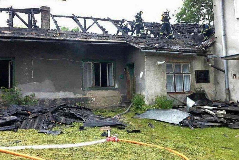 Požár střechy opuštěného rodinného domu ve Velkých Losinách likvidovalo v sobotu 11. června brzy ráno několik jednotek profesionálních i dobrovolných hasičů. Jeden z hasičů se při zásahu drobně zranil na noze.