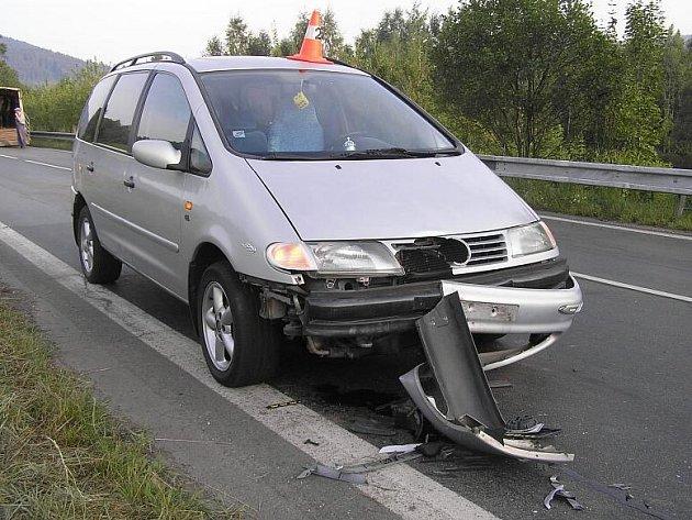 Poničený VW Sharan