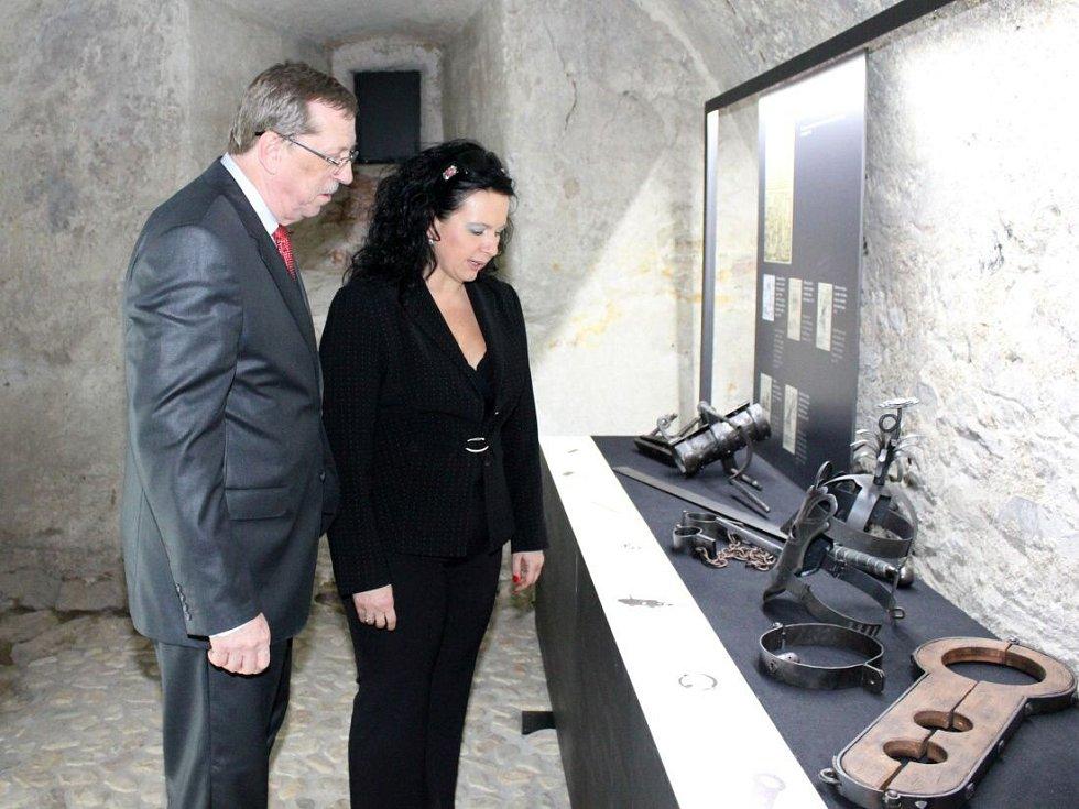 Veronika Rybová při otevření expozice věnované čarodějnickým procesům ve Vlastivědném muzeu v Jeseníku v roce 2012