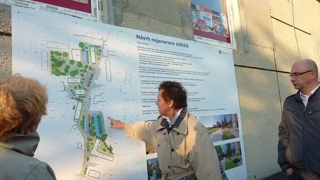 Architektka Blanka Zlamalová vysvětluje lidem záměry studie regenerace sídliště ve Stanislavově ulici v Mohelnici.