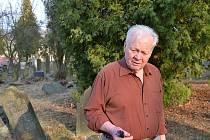 Gerhard Wanitschek na židovském hřbitově v Lošticích před čtyřmi lety.