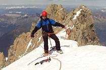 Postřelmovský horolezec Zdeněk Mikula se synem Jakubem v roce 2009 na vrcholu Mont Blancu.To měl ještě Mikula v noze šroub po zranění, které utrpěl v roce 2008 v Pamíru