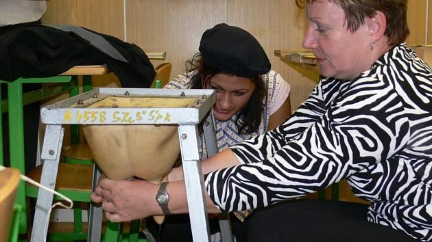 Hosté na slavnostním dni Střední odborné školy v Šumperku si mohli prohlédnout, jak se v 50. letech na škole učilo dojení krav.