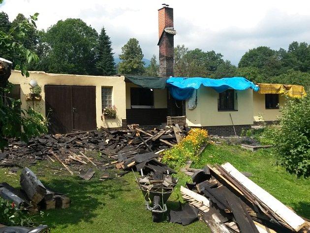 Dům v Bělá pod Pradědem, který 11. července zničil požár. Obec vyhlásila na pomoc jeho majitelům veřejnou sbírku.