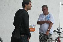 Jeden z prodejců magnetků sdružení Pomozte zpátky vyfotografovaný v Šumperku