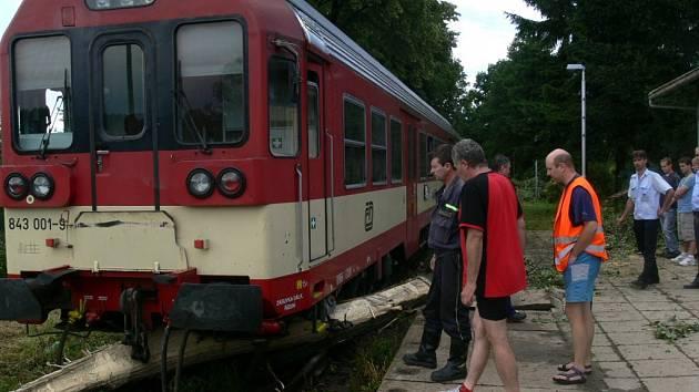 V sobotu odpoledne v Bludově strom spadl na koleje. Spěšný vlak do něj najel a vykolejil.