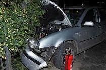 Opilý řidič v Lukavici rozbil své auto o zábradlí.