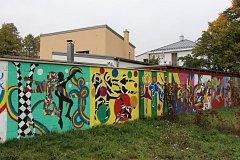 Galerie pod širým nebem na plotové zdi u jednoho z domů v Jeseníku.