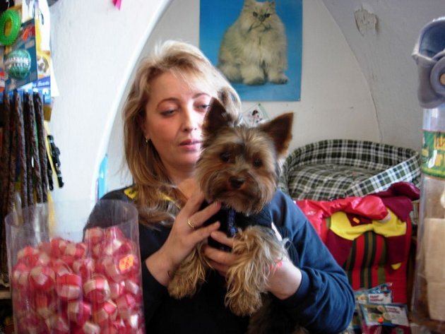 Štěpánka Snášelová se psem jedné ze zákaznic.